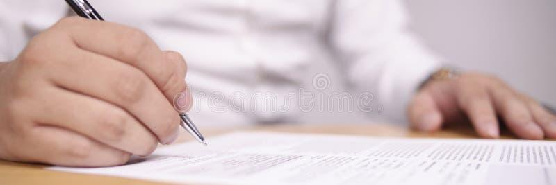 Ευρεία άποψη του επιχειρηματία που υπογράφει τη σύμβαση στοκ φωτογραφία με δικαίωμα ελεύθερης χρήσης