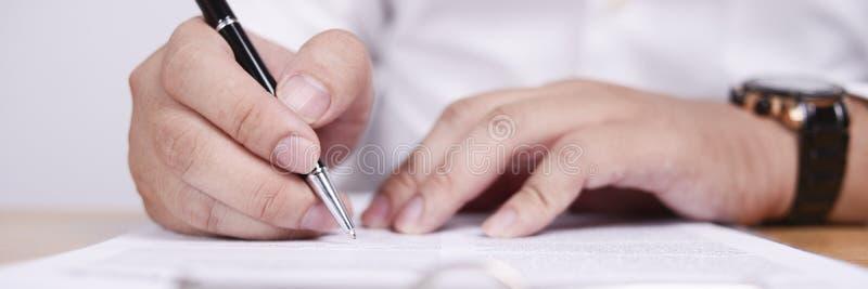 Ευρεία άποψη του επιχειρηματία που υπογράφει τη σύμβαση στοκ φωτογραφία