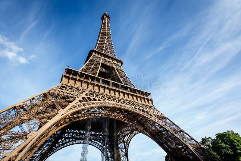 Ευρεία άποψη του πύργου του Άιφελ από το έδαφος, Παρίσι στοκ φωτογραφίες με δικαίωμα ελεύθερης χρήσης