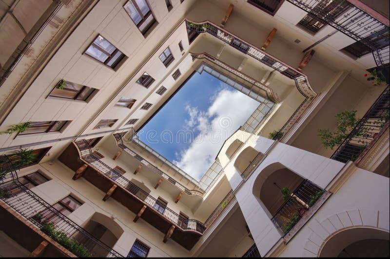 Ευρεία άποψη του σπιτιού και του τετραγώνου στοκ φωτογραφίες