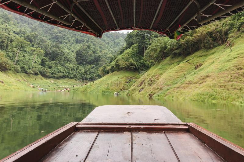 Ευρεία γωνία που πυροβολείται της ξύλινης βάρκας στο φυσικό κλίμα βουνών Έννοια χαλάρωσης και ταξιδιού στοκ φωτογραφίες