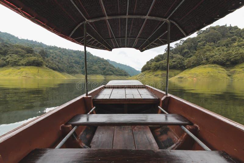 Ευρεία γωνία που πυροβολείται της ξύλινης βάρκας στο φυσικό κλίμα βουνών Έννοια χαλάρωσης και ταξιδιού στοκ εικόνα με δικαίωμα ελεύθερης χρήσης
