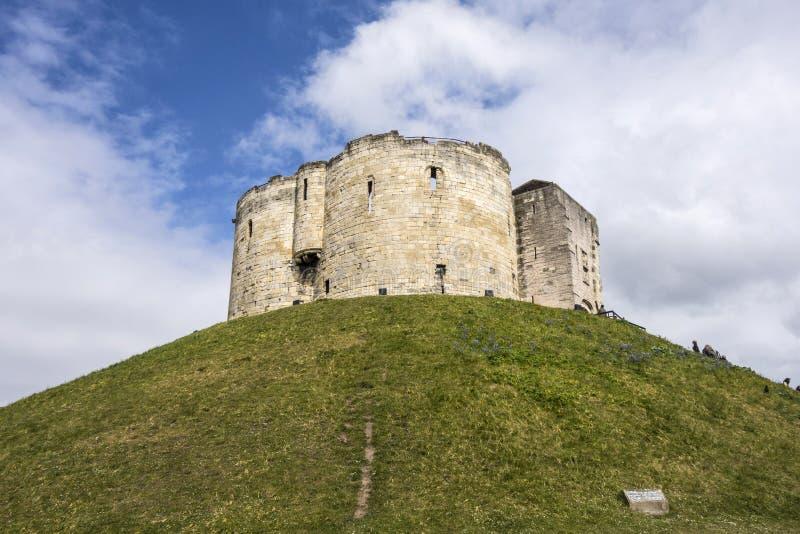 Ευρεία γωνία που πυροβολείται της Υόρκης Castle - του πύργου Cliffords - ενάντια στο α στοκ φωτογραφία