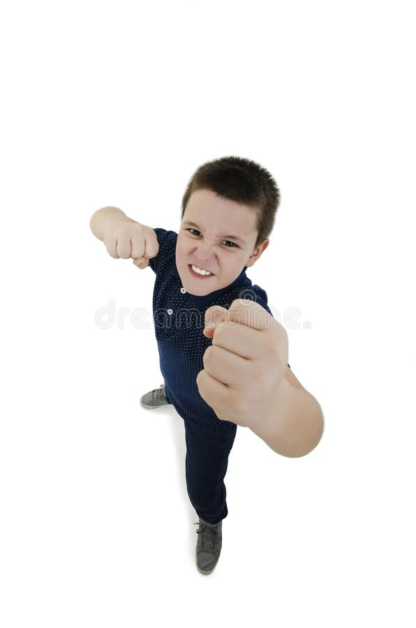 Ευρεία γωνία, σοβαρή άσπρη τοποθέτηση παιδιών μαχητών αρσενική με τις κλειστές πυγμές εξετάζοντας τη κάμερα στοκ εικόνες
