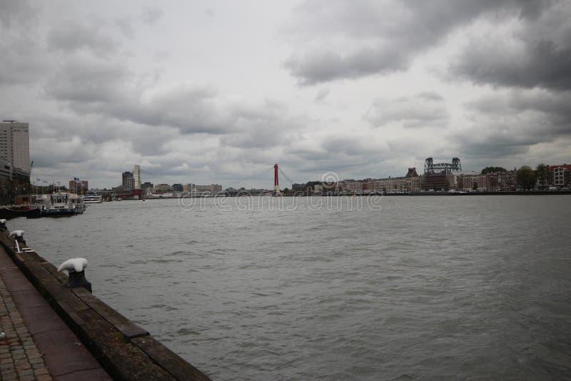 Ευρεία γωνία vlew του ποταμού Nieuwe Maas στο Ρότερνταμ στοκ φωτογραφία με δικαίωμα ελεύθερης χρήσης