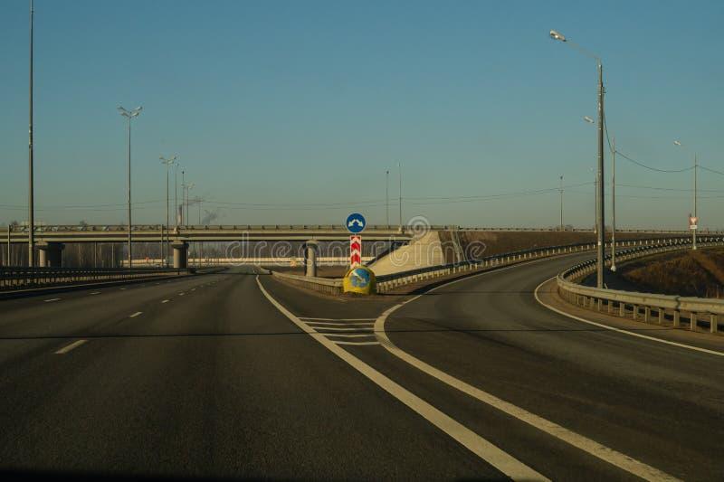 Ευρεία εθνική οδός μακροχρόνιο υπόβαθρο οδοστρωμάτων δρόμος που πηγαίνει στην απόσταση στοκ φωτογραφίες