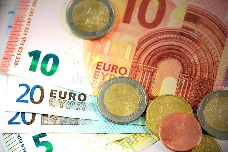 ευρο- ευρώ πέντε εστίαση εκατό τραπεζών σχοινί σημειώσεων χρημάτων στοκ εικόνες