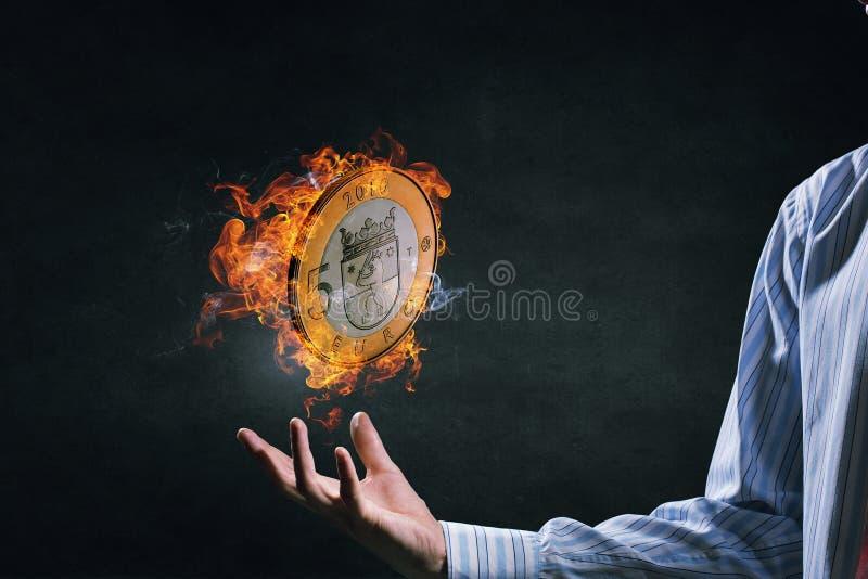 Ευρο- κάψιμο νομισμάτων στην πυρκαγιά Μικτά μέσα στοκ εικόνα