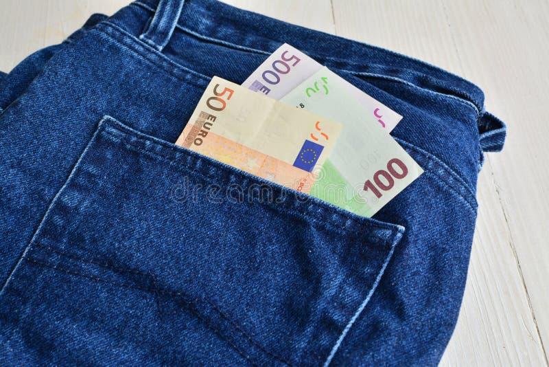 Ευρο- λογαριασμοί που κολλούν από μια τσέπη τζιν στοκ φωτογραφία