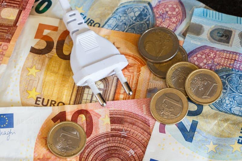 Ευρο- νομίσματα, χαρτονομίσματα και ηλεκτρικό βούλωμα στοκ εικόνες