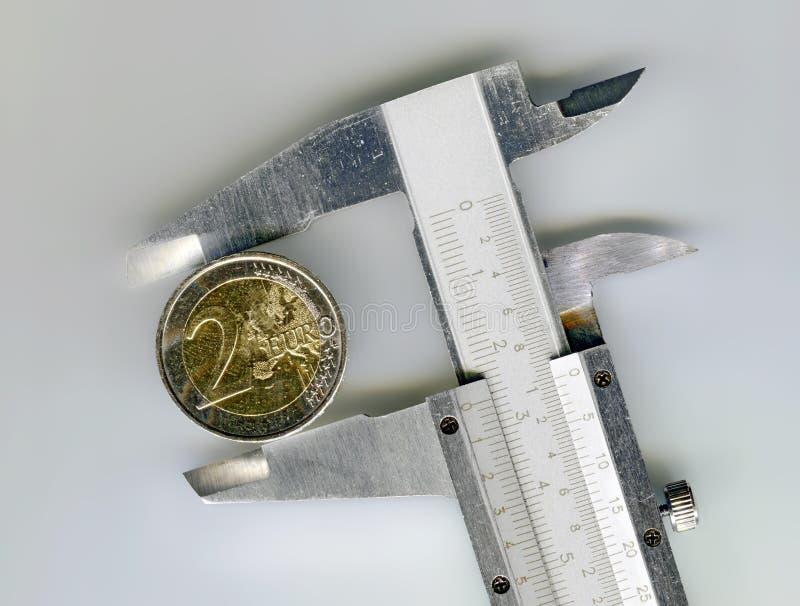 Ευρο- νόμισμα δύο με έναν γλιστρώντας παχυμετρικό διαβήτη στοκ εικόνες με δικαίωμα ελεύθερης χρήσης
