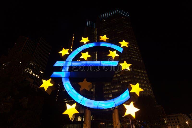 Ευρο- σημάδι τη νύχτα στοκ φωτογραφία