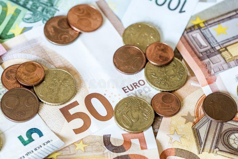 Ευρο- τραπεζογραμμάτια έννοιας χρημάτων μετρητών αποταμίευσης όλα τα νομίσματα μεγεθών και σεντ στο γραφείο στοκ εικόνες