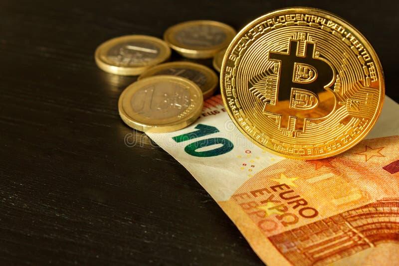 Ευρο- τραπεζογραμμάτια και bitcoin νομίσματα χρησιμοποιούμενα Χρυσό bitcoin πέρα από τα ευρο- χρήματα Cryptocurrency Bitcoin Cryp στοκ εικόνες με δικαίωμα ελεύθερης χρήσης