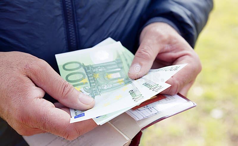 Ευρο- τραπεζογραμμάτια στα αρσενικά χέρια που μετρούν τα χρήματα, υπολογισμός στοκ εικόνα με δικαίωμα ελεύθερης χρήσης
