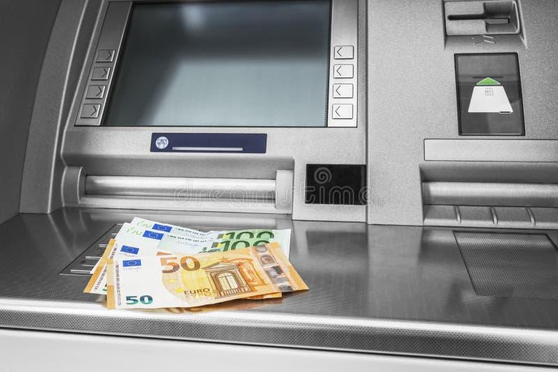 Ευρο- τραπεζογραμμάτια στο ATM στοκ φωτογραφία με δικαίωμα ελεύθερης χρήσης