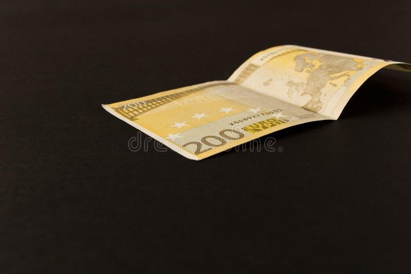 Ευρο- τραπεζογραμμάτιο 200 σε ένα σκοτεινό υπόβαθρο o Η έννοια της αποταμίευσης στοκ εικόνες με δικαίωμα ελεύθερης χρήσης