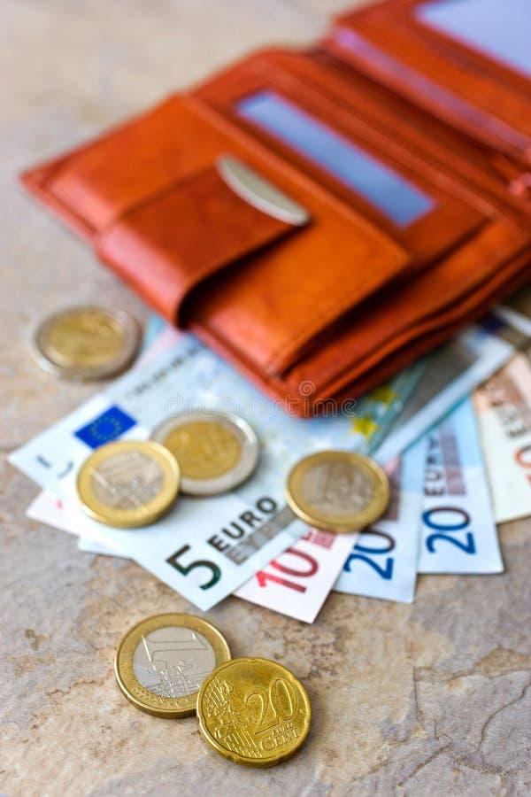 Ευρο- χρήματα - τραπεζογραμμάτια και νομίσματα - στο καφετί πορτοφόλι στοκ φωτογραφία