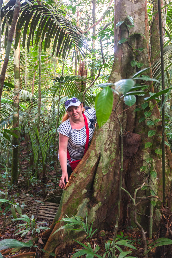 Ευρωπαία γυναίκα που περπατά στην αμαζόνεια ζούγκλα, Cuyabeno Wildlif στοκ εικόνες με δικαίωμα ελεύθερης χρήσης
