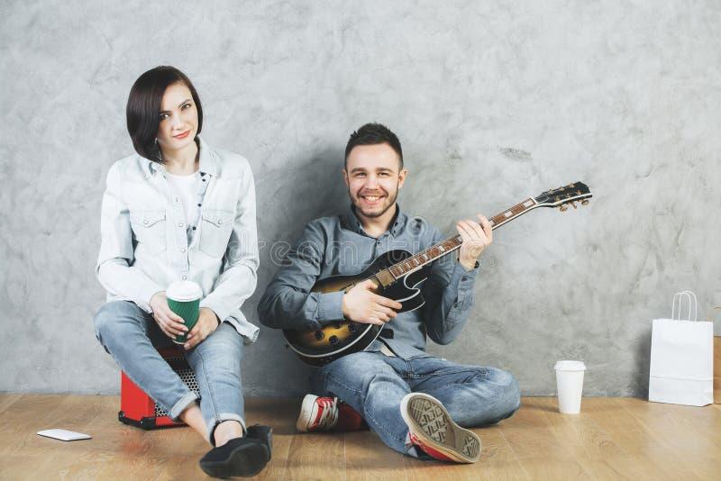 Ευρωπαίοι άνδρας και γυναίκα με την κιθάρα στοκ εικόνες με δικαίωμα ελεύθερης χρήσης