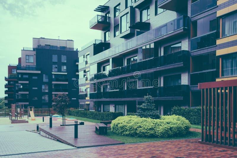 Ευρωπαϊκά σύνθετα κατοικημένα κτήρια διαμερισμάτων ?? ??? ????????? ????????????? στοκ φωτογραφία