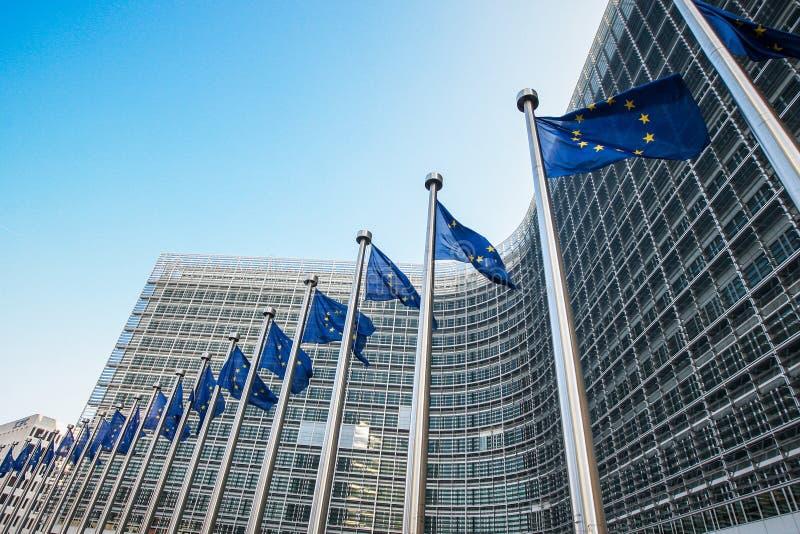 Ευρωπαϊκές σημαίες μπροστά από την έδρα της Ευρωπαϊκής Επιτροπής στις Βρυξέλλες, Βέλγιο στοκ εικόνα με δικαίωμα ελεύθερης χρήσης