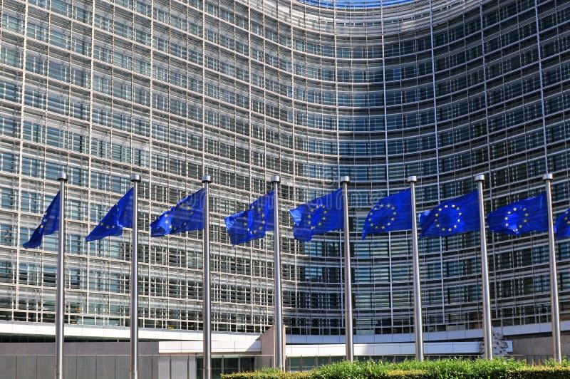 Ευρωπαϊκές σημαίες μπροστά από τη χτίζοντας έδρα Berlaymont της Ευρωπαϊκής Επιτροπής στις Βρυξέλλες, Βέλγιο στοκ φωτογραφίες με δικαίωμα ελεύθερης χρήσης