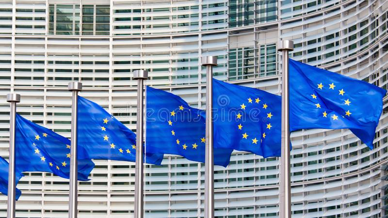 Ευρωπαϊκές σημαίες στο κτήριο της Ευρωπαϊκής Επιτροπής στις Βρυξέλλες στοκ εικόνα