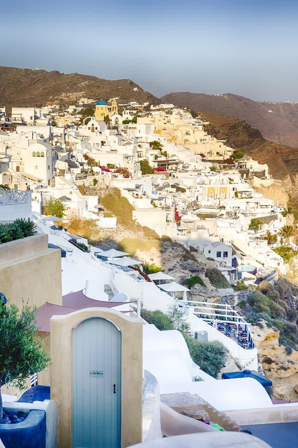 Ευρωπαϊκοί προορισμοί Γραφική άποψη της εικονικής παράστασης πόλης Oia του χωριού σε Santorini με το ηφαιστειακό Caldera βουνό στοκ εικόνες