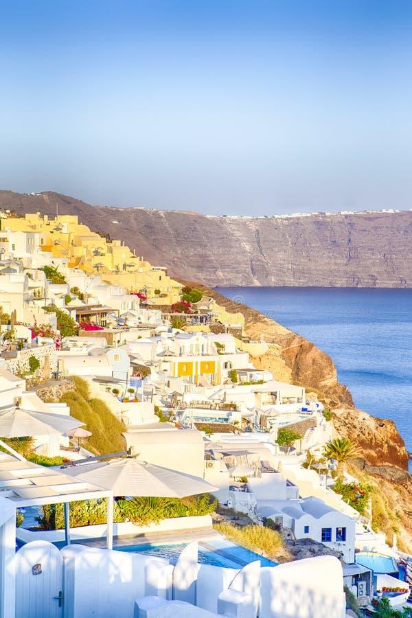 Ευρωπαϊκοί προορισμοί Γραφική άποψη της εικονικής παράστασης πόλης Oia του χωριού σε Santorini με το ηφαιστειακά Caldera βουνό κα στοκ φωτογραφίες με δικαίωμα ελεύθερης χρήσης