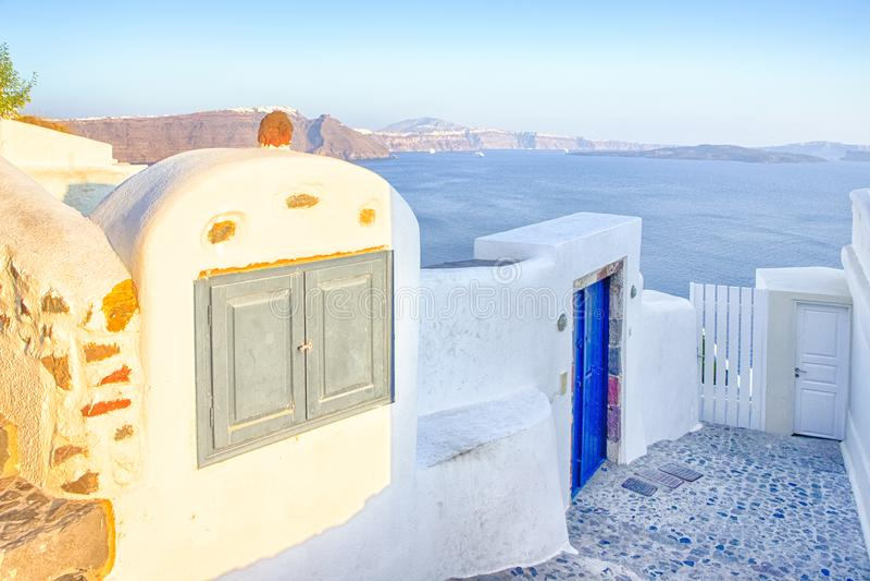 Ευρωπαϊκοί προορισμοί ταξιδιού Γραφικά σπίτια και στρωμένα σκαλοπάτια Oia του χωριού σε Santorini με ηφαιστειακό Caldera και τη ν στοκ φωτογραφίες με δικαίωμα ελεύθερης χρήσης