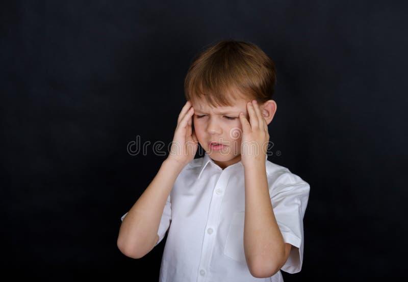 Ευρωπαϊκό αγόρι που κρατά το κεφάλι του Πονοκέφαλος στοκ εικόνες με δικαίωμα ελεύθερης χρήσης