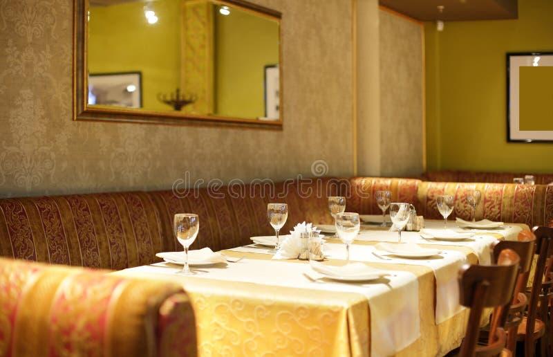 Ευρωπαϊκό εστιατόριο στα φωτεινά χρώματα στοκ εικόνες