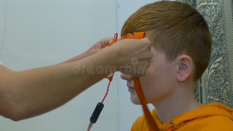 Ευρωπαϊκό ηλεκτροεγκεφαλογράφημα συμπεριφοράς παιδιών Ένα τεμάχιο διαδικασίας Rheoencephalography - ένας γιατρός συνδέει τα ηλεκτ στοκ εικόνες