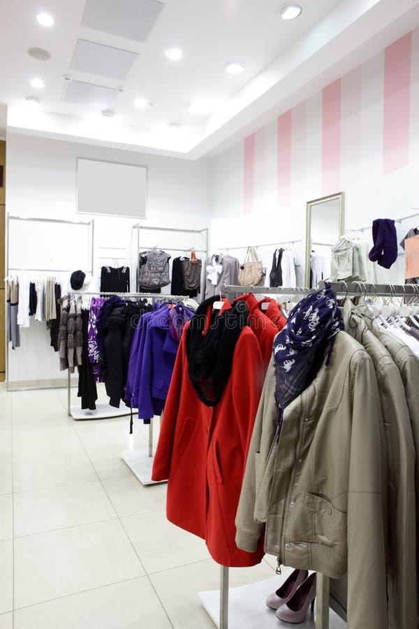 Ευρωπαϊκό κατάστημα ιματισμού με την τεράστια συλλογή στοκ φωτογραφία