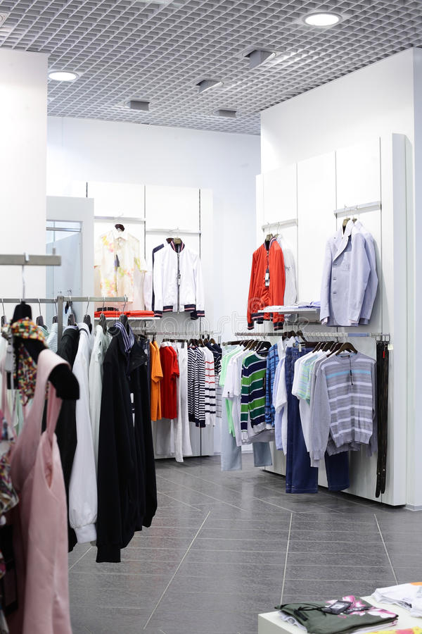 Ευρωπαϊκό ολοκαίνουργιο κατάστημα ενδυμάτων στοκ φωτογραφία