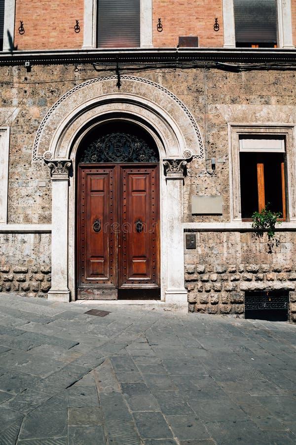 ευρωπαϊκό παλαιό κτήριο στη Σιένα, Ιταλία στοκ φωτογραφίες