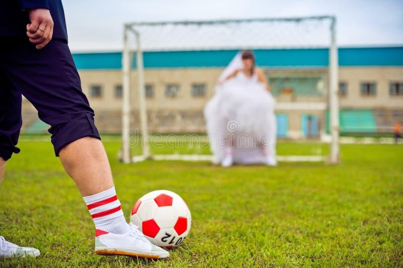 ευρωπαϊκό ποδόσφαιρο έννοιας πρωταθλήματος Νύφη και νεόνυμφος στο γήπεδο ποδοσφαίρου στοκ φωτογραφία