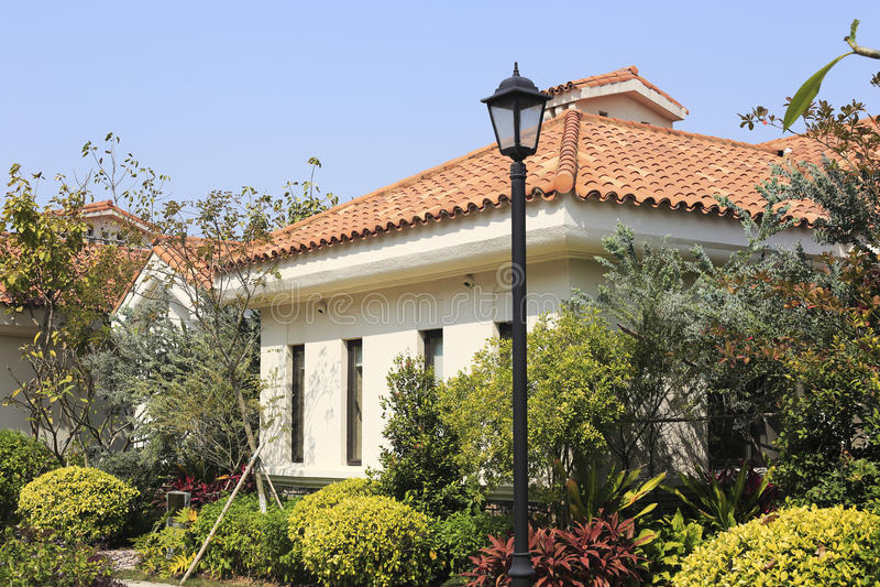 Ευρωπαϊκό σπίτι ύφους με το λαμπτήρα στοκ εικόνες