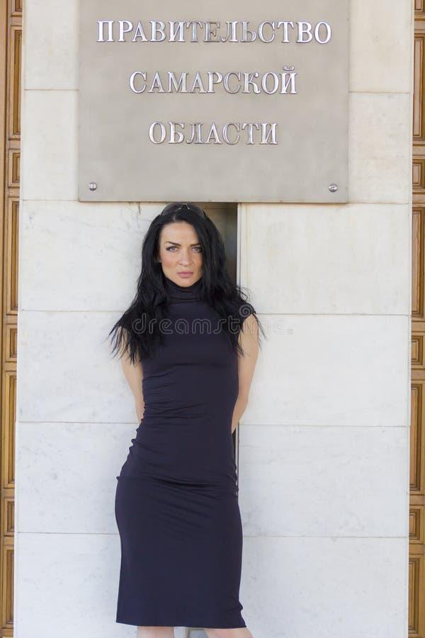 Ευρωπαϊκό brunette κάτω από την επιγραφή στοκ εικόνα με δικαίωμα ελεύθερης χρήσης
