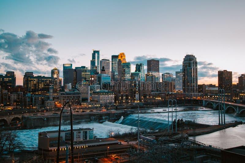 Ευρύς πυροβολισμός μιας αστικής περιοχής με τα υψηλούς κτήρια, τον καταρράκτη και τη γέφυρα στοκ φωτογραφίες με δικαίωμα ελεύθερης χρήσης
