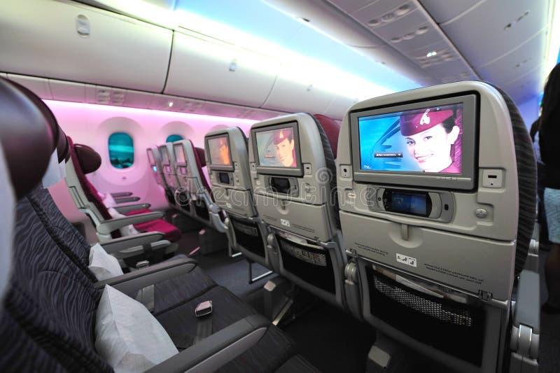Ευρύχωρη και άνετη τουριστικής θέσης καμπίνα των εναέριων διαδρόμων Boeing 787-8 Dreamliner του Κατάρ στη Σιγκαπούρη Airshow στοκ φωτογραφίες με δικαίωμα ελεύθερης χρήσης