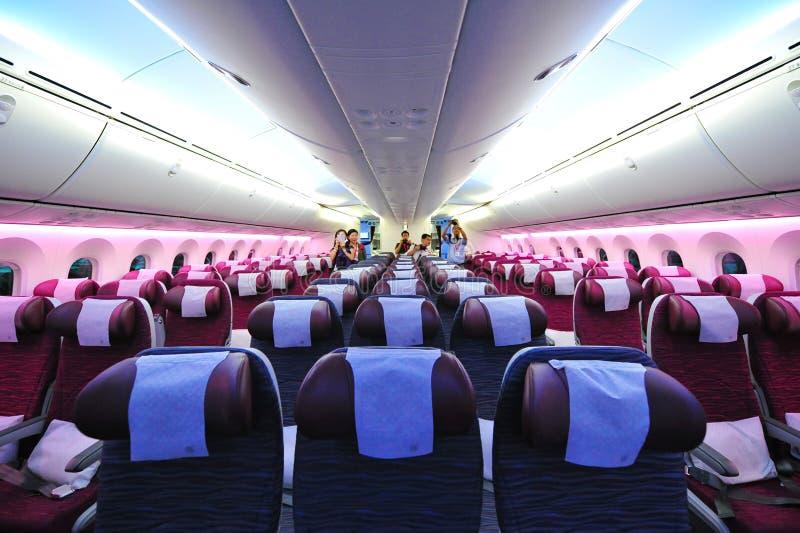 Ευρύχωρη και άνετη τουριστικής θέσης καμπίνα των εναέριων διαδρόμων Boeing 787-8 Dreamliner του Κατάρ στη Σιγκαπούρη Airshow στοκ εικόνες