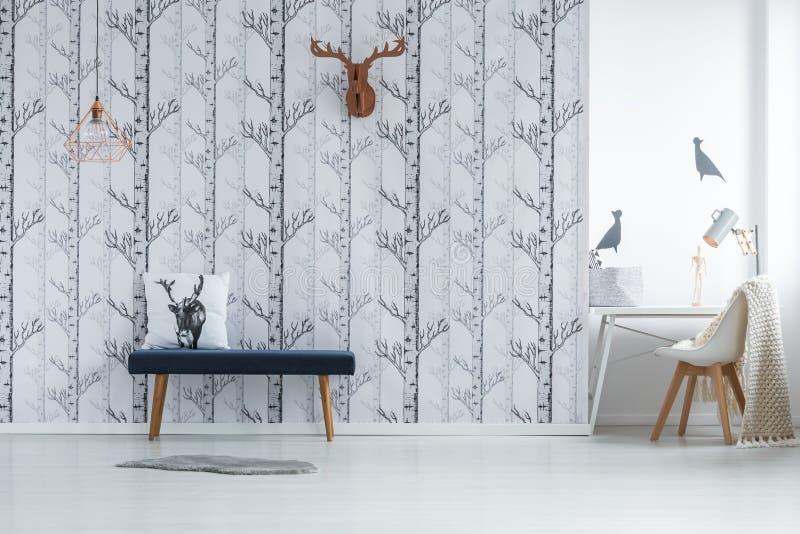 Ευρύχωρο δωμάτιο με τη δημιουργική ταπετσαρία στοκ εικόνες