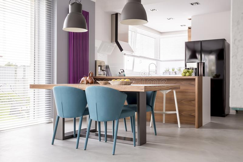 Ευρύχωρο δωμάτιο με το παράρτημα κουζινών στοκ φωτογραφία με δικαίωμα ελεύθερης χρήσης