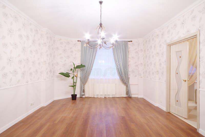 Ευρύχωρο ελαφρύ δωμάτιο με τον πολυέλαιο και το παράθυρο στοκ εικόνα με δικαίωμα ελεύθερης χρήσης
