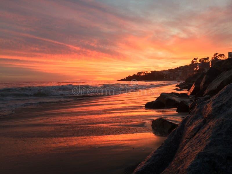 Ευρύ ηλιοβασίλεμα παραλιών στοκ φωτογραφία με δικαίωμα ελεύθερης χρήσης