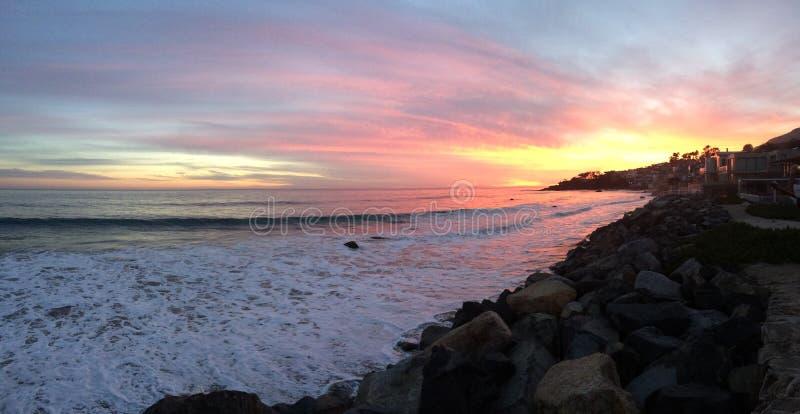 Ευρύ ηλιοβασίλεμα παραλιών στοκ εικόνα με δικαίωμα ελεύθερης χρήσης