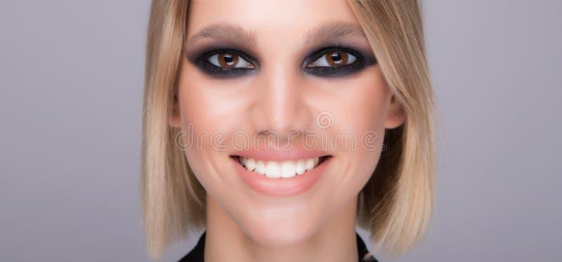 Ευρύ και φωτεινό χαμόγελο Το προκλητικό πρότυπο με ισχυρό αποτελεί στοκ φωτογραφίες