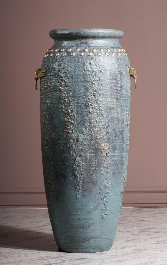 Ευρύ μπλε βάζο με μια λαβή στοκ εικόνες με δικαίωμα ελεύθερης χρήσης